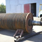 Hammer crusher rotor shaft with discs